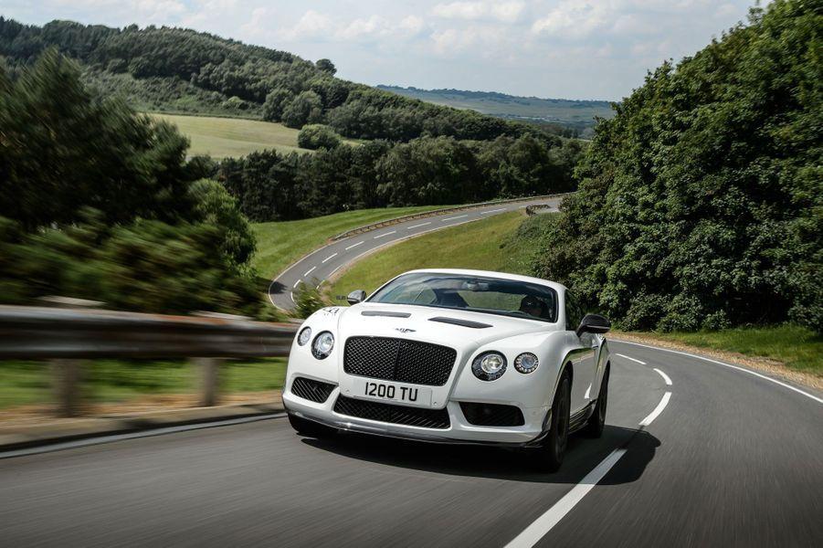 Du luxe à grande vitesse : telle est la proposition de la Bentley Continental GT3-R, nouvelle déclinaison radicale du coupé de la marque britannique. Allégée de 100 kg et mue par les 580 chevaux d'un V8 gavé par deux turbos spécialement adaptés pour la performance, la Continental abat le 0 à 100 km/h en 3,8 secondes, selon la marque. De quoi en faire la Bentley de série la plus rapide de l'Histoire.