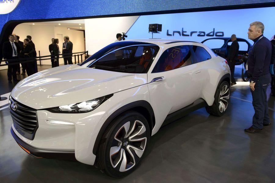 Voilà bien longtemps que les Hyundai ont cessé d'être ennuyeuses à regarder. Ce concept Intrado le confirme, avec ses lignes affirmées. Mais le plus passionnant se trouve sous le capot : l'Intrado roule à l'hydrogène, le carburant du futur.