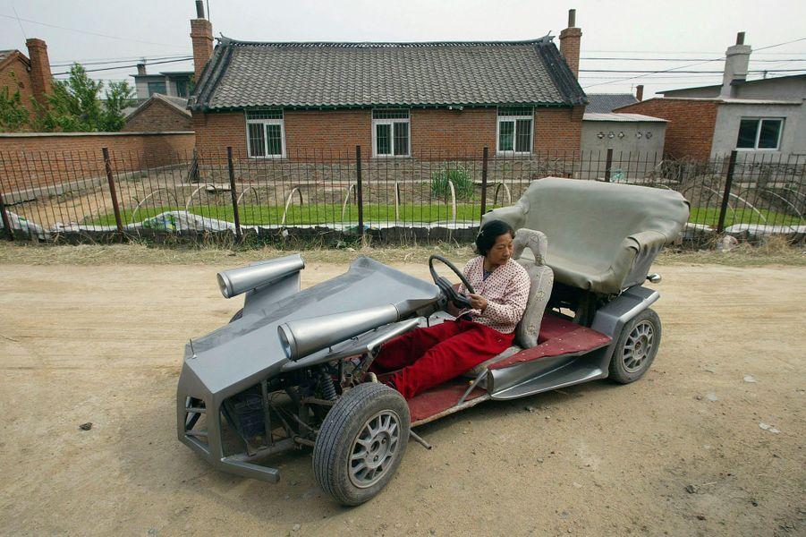 Cette voiture de sport improvisée peut atteindre 60 à 80 km/h. Son concepteur, un fermier de Shenyang en Chine nommé Zhang Jinduo, a construit l'auto avec l'aide de son fils mécanicien.