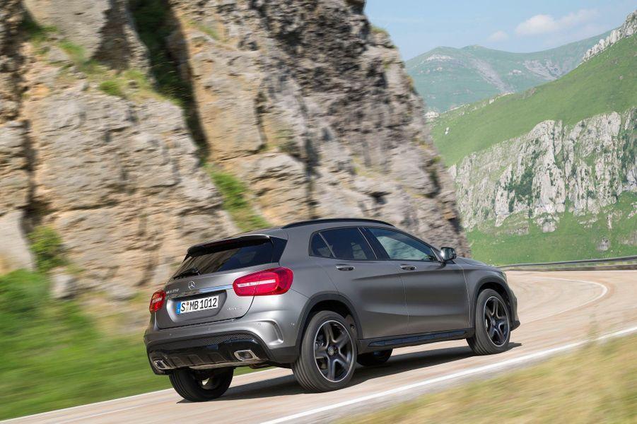 Mercedes assure que l'aérodynamique a été particulièrement soignée, ce qui permet de contenir les consommations et les émissions de CO2. La version GLA 200 CDI se contenterait ainsi de 4,3 litres de gasoil aux 100 km, pour 114 g de CO2 par km.