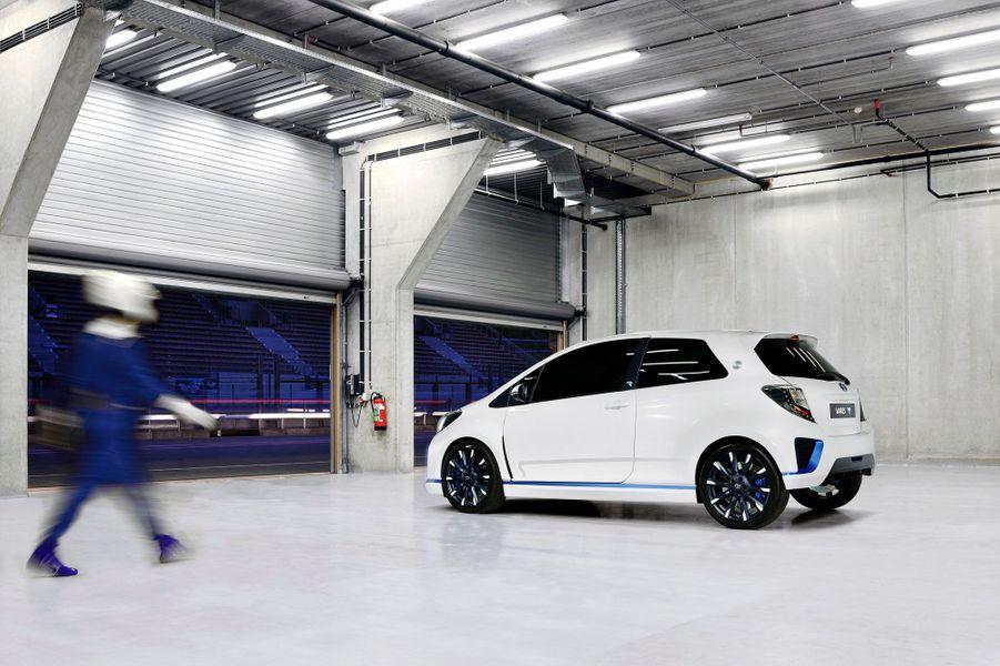 Sous le capot, un quatre-cylindres 1,6 litre de 300 chevaux entraîne les roues avant. Les roues arrière le sont grâce à deux moteurs électriques de 60 chevaux -issus de la Yaris hybride que l'on trouve en concessions, précise Toyota.