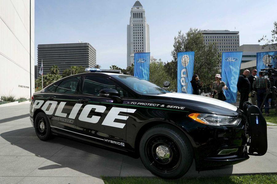 Pour la première fois, Ford va équiper la police ...