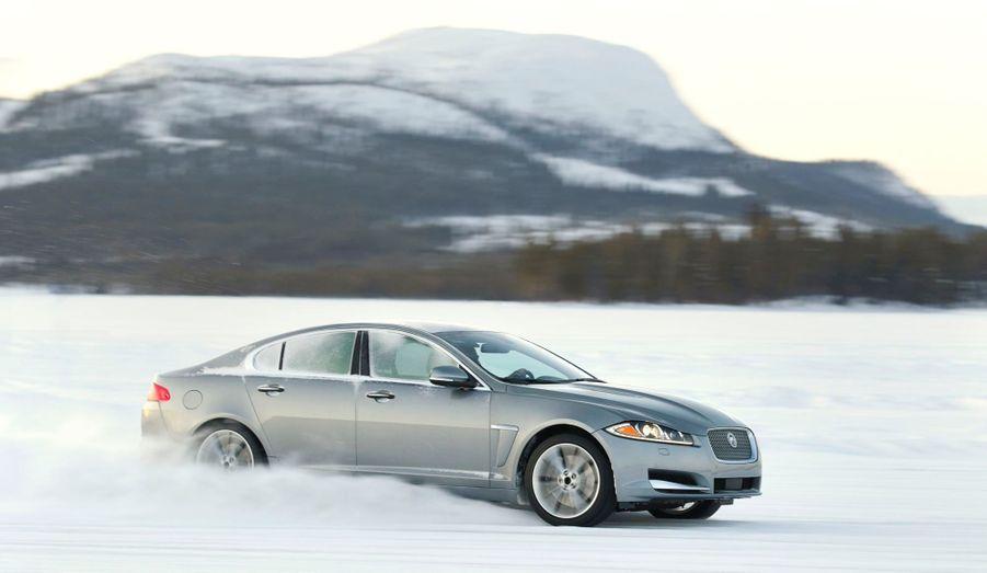 La Jaguar XF AWD affiche des performances honorables, avec un 0 à 100 km/h abattu en 6,4 secondes, selon Jaguar.