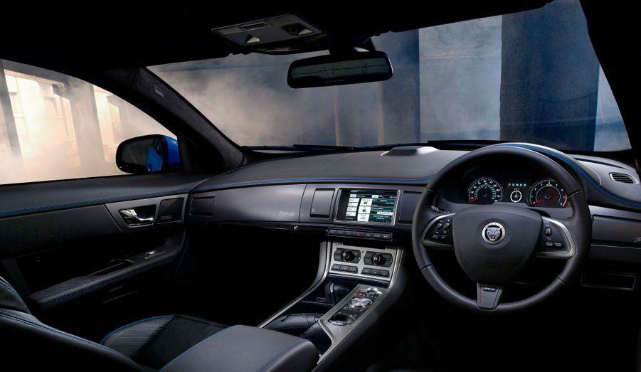A bord, l'allure extravertie de la XFR-S se retrouve par des touches bleu vif qui animent un habitacle aux standards Jaguar: luxueux et accueillant.