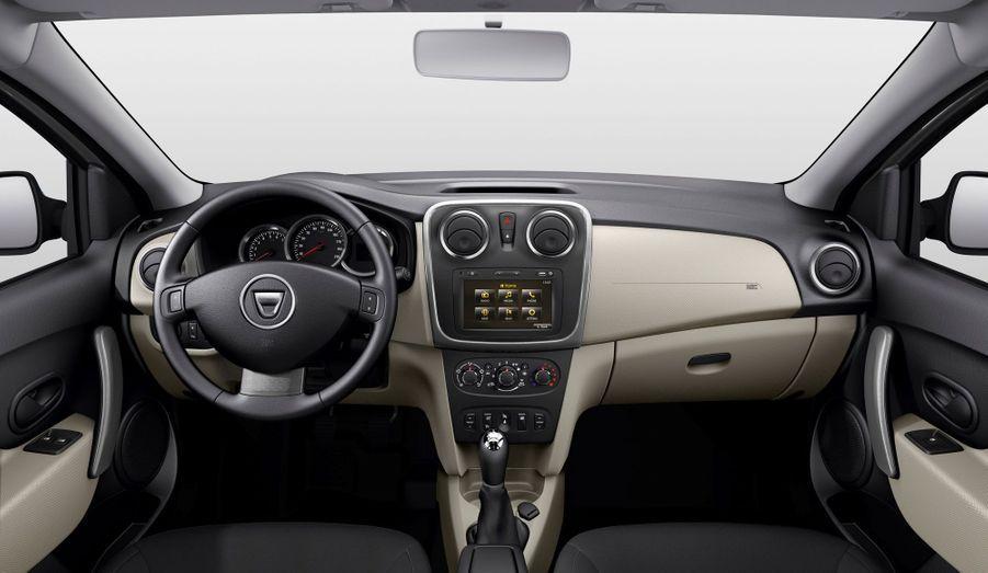 Le break low-cost récupère quelques équipements modernes déjà vus sur les Sandero et Logan berline, comme le limiteur/régulateur de vitesse, le radar de recul ou la fonction Eco Mode. Le plus intéressant est sans doute le système multimédia Media Nav, importé des cousines Renault, qui offre un écran tactile plutôt intuitif.