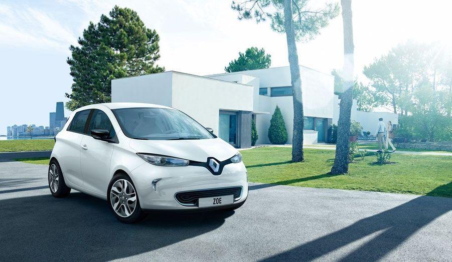 Première citadine conçue dès l'origine comme un véhicule électrique, la Renault Zoe constitue la meilleure chance de réussite dans le domaine du véhicule zéro émissions pour le constructeur français. Après un cafouillage cette semaine, la firme au Losange a confirmé que Zoe commencerait à sortir des chaînes de production dès la fin de l'année. Affichée actuellement 20 700 euros hors bonus, elle tomberait à 13 700 euros avec le nouveau barème. Comme pour tous les véhicules électriques de la marque -Twizy, Kangoo Z.E. et Fluence Z.E.- il faudra ajouter le prix d'un abonnement mensuel pour les batteries.