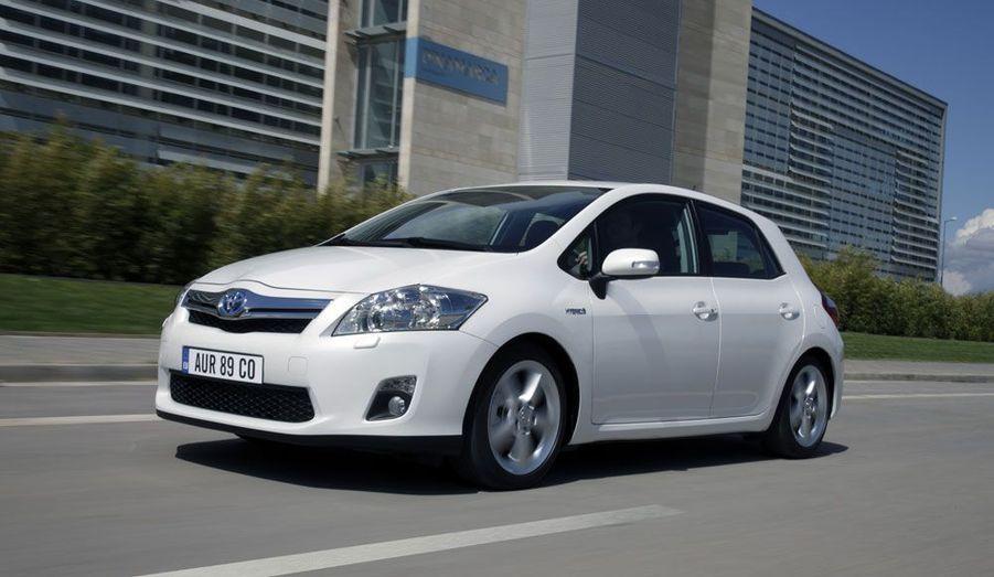 Pionnier des motorisations hybrides, le japonais Toyota est celui qui est le mieux armé dans ce domaine. Il commercialise, outre la célèbre Prius qui s'affiche actuellement à 28 000 euros sans prendre en compte le bonus, la berline moyenne Auris est elle aussi disponible en hybride, pour 24 000 euros actuellement, bonus non déduit. En outre, le monospace Prius+, avec ses sept places, sera plus attractif pour les familles. Il s'affiche actuellement à 31 000 euros, hors bonus. Côté haut de gamme, le label luxe du constructeur, Lexus, propose déjà une berline moyenne, la CT200h, version huppée qui reprend la technologie de l'Auris, qui pourrait bientôt tomber aux alentours de 25 000 euros, soit nettement en dessous de la concurrence allemande. La gamme comprend aussi une grande routière, la GS450h, un 4x4, le RX400h et une très luxueuse LS600h, qui existe en version limousine. Mais à ces niveaux de prix, les éventuels 2000 euros supplémentaires de rabais seront moins sensibles.