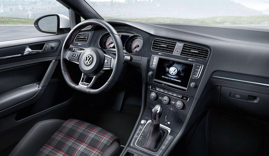 A bord, l'éternel tissu écossais est toujours présent. Pour le reste, des détails distinguent la Golf GTI des autres versions: un éclairage d'ambiance rouge, un volant sport et quelques coutures rouges.