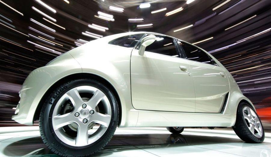 C'est ce lundi que le groupe indien Tata Motors lance à Bombay sa voiture low cost, la Nano. Elle est vendue à 2000 dollars (1500 euros), mais uniquement en Inde. Elle devrait être commercialisée en Occident d'ici quelques années, mais probablement dans les 5000 euros, les normes de sécurité et environnementales n'y étant pas adaptées en l'état. La voiture la moins chère du monde ne comporte aucune option (ni vitres électriques ni direction assistée…) et n'atteint pas les 100 kilomètres/heure. Mais elle devrait rencontrer un franc succès dans les pays émergents. Selon les prévisions des dirigeants, il devrait se vendre entre 500 000 et 1 million de Nano par an en Inde.