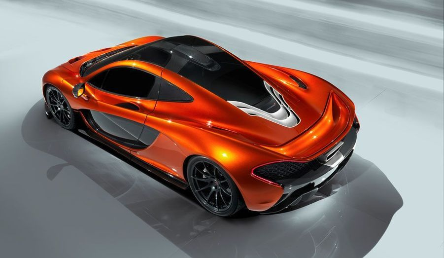 Les feux arrières sont intégrés dans une ligne qui épouse la carrosserie. Afin de garantir un meilleur refroidissement, l'échappement est entouré d'un bouclier thermique enveloppé de feuilles d'or, «et tant pis pour le coût», explique McLaren.