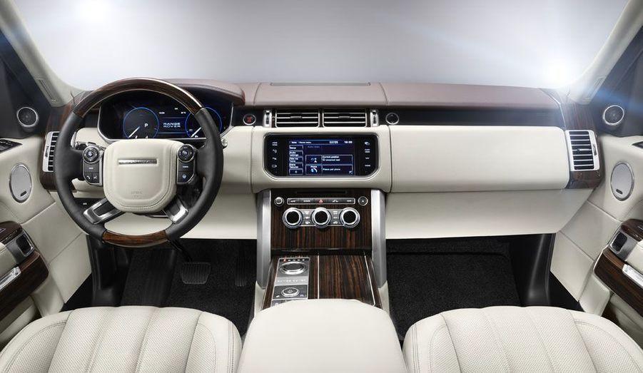 Comme le veut la tradition, le nouveau Range prétend au meilleur en matière de vie à bord. Land Rover insiste notamment sur l'isolation phonique renforcée et les ouvrants arrières électriques. On a beau pouvoir rouler dans la boue, on n'en veut pas pour autant se fatiguer en voyageant... A retrouver en concessions à l'automne.