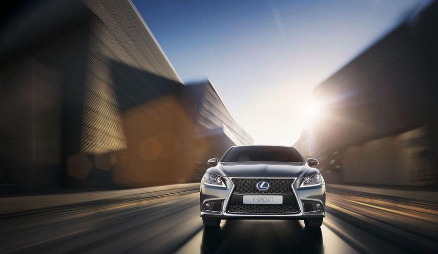 Actuellement proposée à plus de 136 000 euros, la Lexus LS600h est extrêmement chère, même un peu plus que la Mercedes S500. Mais l'équipement est pléthorique et la technologie dans les moindre recoins de l'habitacle.