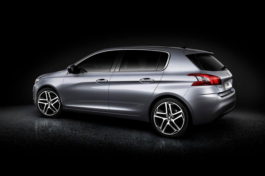 La nouvelle 308 promet met fin à la course à l'embonpoint: plus courte (4,25 m) et moins haute (1,46 m) que sa devancière, elle sera aussi considérablement plus légère (-140 kg), selon Peugeot. Le coffre de 470 litres sera apprécié des familles.