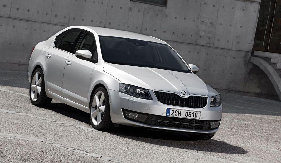Skoda a dévoilé les premières images de sa nouvelle Octavia. Le modèle star du constructeur tchèque conserve la recette qui a fait son succès: une ligne élégante mais discrète, le savoir-faire du groupe Volkswagen et des tarifs compétitifs. Moins adepte des courbes que sa devancière, la nouvelle Octavia s'affirme plus proche de ses cousines de chez Volkswagen. Mais c'est surtout à l'intérieur que l'Octavia progresse: Skoda promet plus d'espace à bord et un coffre énorme, autant d'atouts qui devraient lui conserver les faveurs des petites familles... et des taxis.