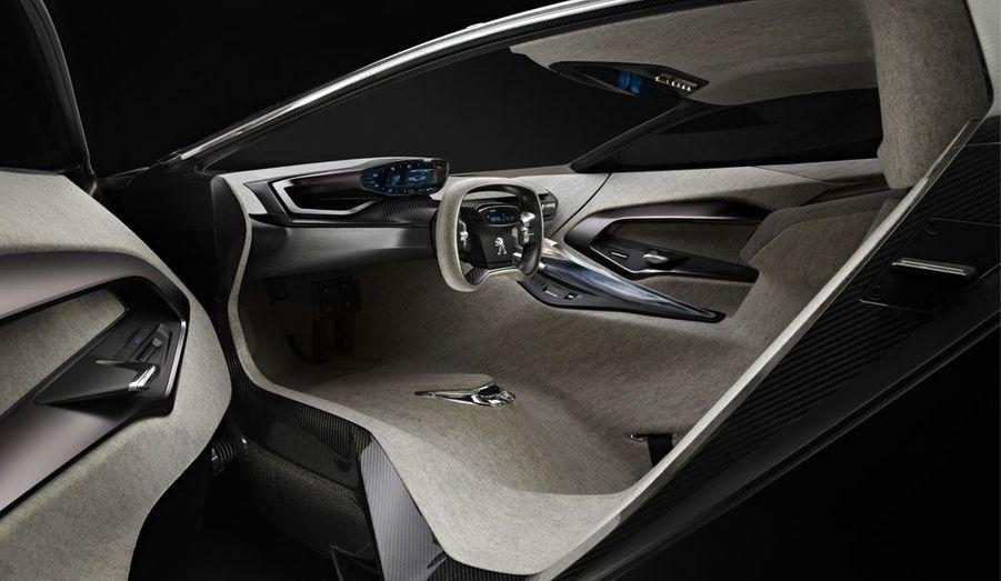 Extrême, l'Onyx l'est aussi à bord. Les sièges n'apparaissent quasiment pas, comme fondus dans l'habitacle. L'instrumentation est moderne et minimaliste.