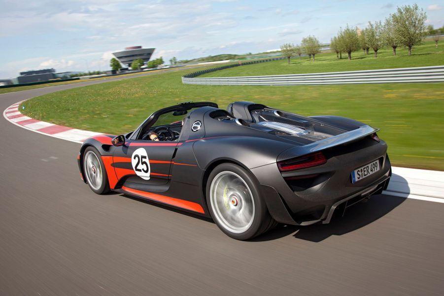 Le V8 de 4,6 litres est associé à deux moteurs électriques, à l'avant et à l'arrière. Dotée de roues directrices à l'arrière et d'une transmission intégrale capable de s'adapter aux sollicitations, la 918 permettrait selon Porsche des vitesses de passage en courbe extrêmement élevées.