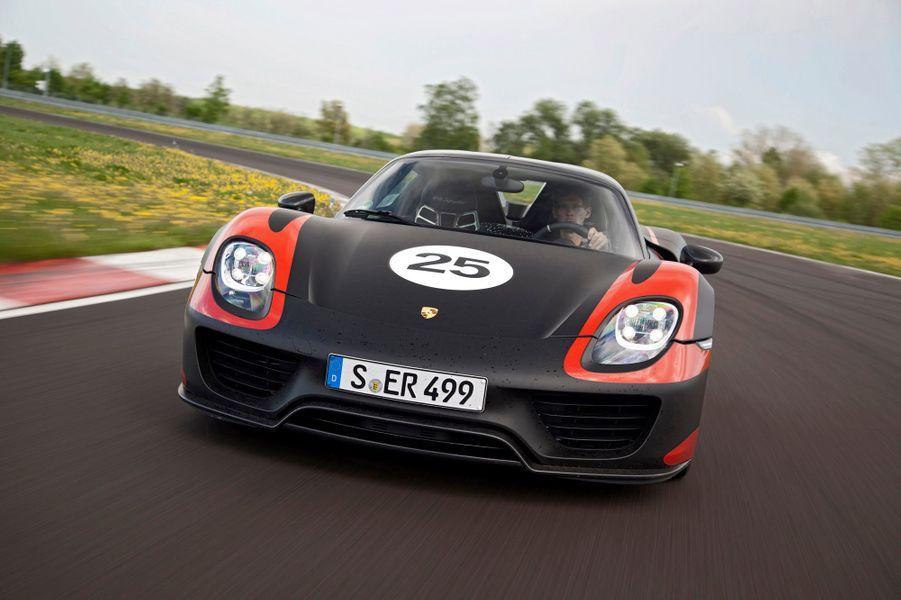 Plus encore que La Ferrari, la 918 Spyder est avant tout une voiture hybride, elle est même rechargeable. Considérablement plus lourde que l'italienne avec ses 1640 kg, elle affiche aussi des aptitudes environnementales incroyables pour une supercar: 3,3 l/100 km, 79 g de CO2 par km et une autonomie tout électrique d'environ 30 km.