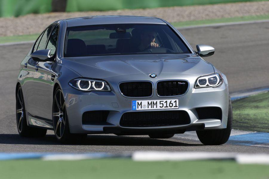 A l'occasion du restylage de la gamme Série 5, BMW a aussi revu sa brute, la M5, qui gagne au passage un pack Compétition optionnel, qui porte la puissance du V8 de 4,4 litres de 560 chevaux à 575.