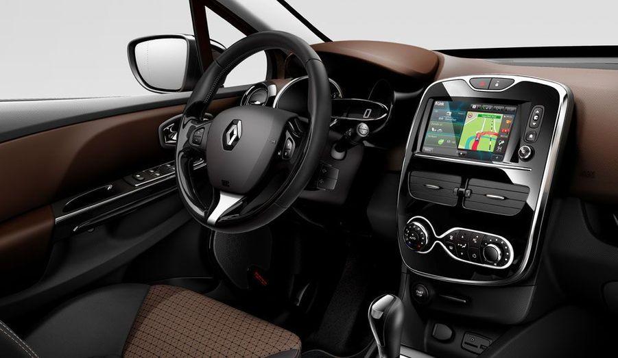 Planche de bord au dessin moderne et multiples coloris laissent espérer de nets progrès en matière d'ambiance à bord. Comme sa rivale Peugeot 208, la Clio peut recevoir un vaste écran tactile au centre de la console.