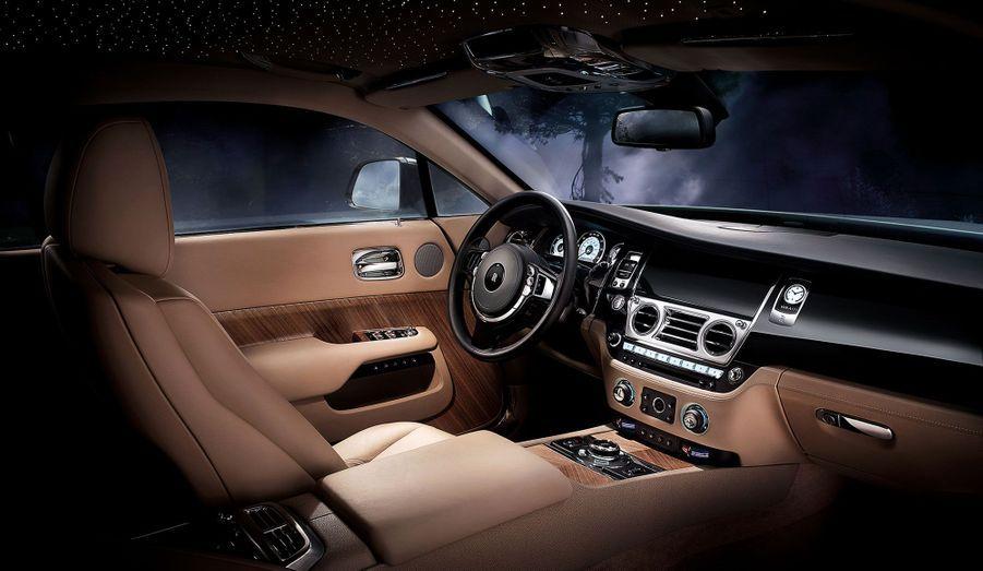 A bord, la Wraith s'inspire des yachts les plus luxueux en mélangeant bois, cuir et chrome.