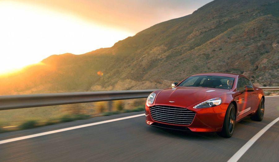 Aston Martinrafraîchitsa magnifique Rapide avec un dessin revu et un nouveau V12 plus puissant et plus coupleux que le précédent, qui vaut à la nouvelle auto de s'appeler désormais Rapide S. Avec 558 chevaux, la grande berline donne tous les moyens au conducteur pour secouer ses trois passagers.