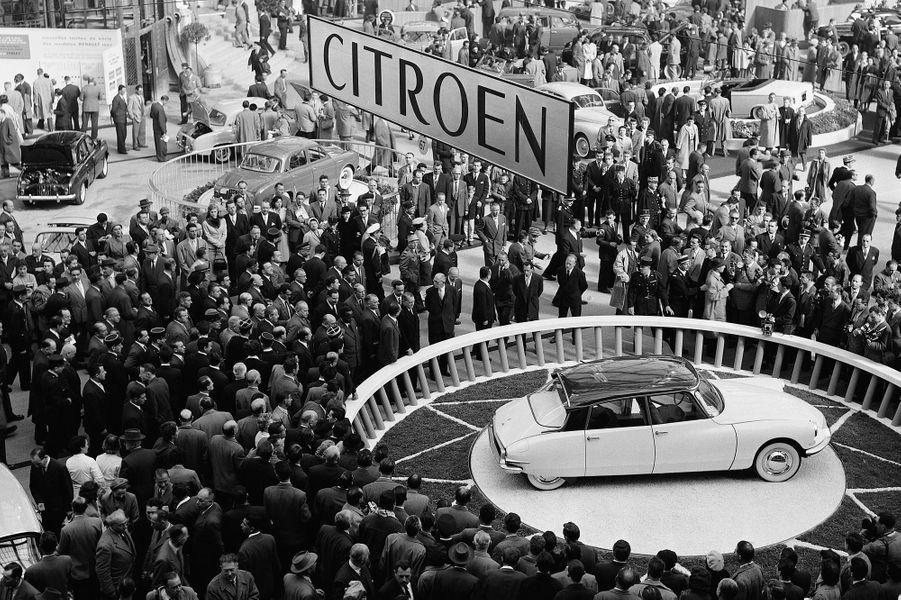 La DS 19 est présentée pour la première fois au Salon de l'automobile de Paris, en présence de René Coty.Sous la majestueuse voûtedu Grand Palais, l'apparitionde cet ovni roulant provoqueétonnement et admiration.Le luxe à la française retrouveses lettres de noblesse.