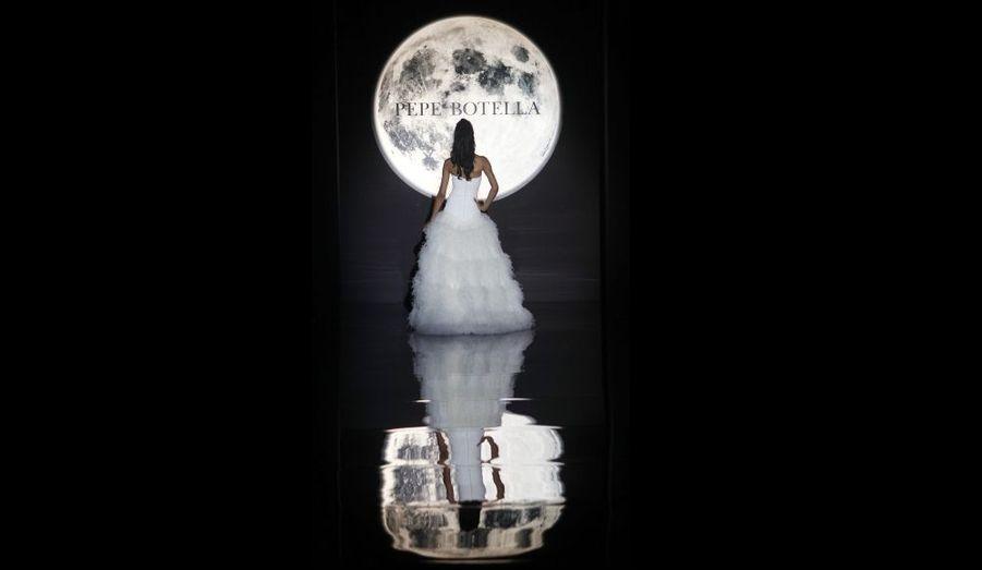 Un modèle présente une création Pepe Botella au salon du mariage de Barcelone.
