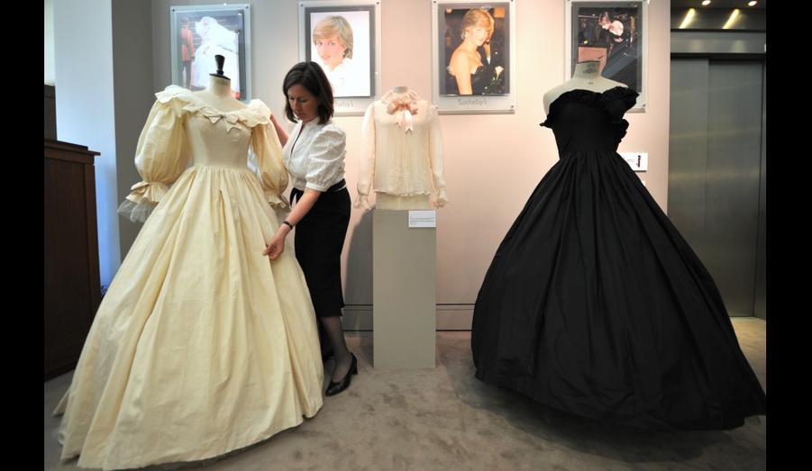 """Trois tenues ayant appartenu à Lady Diana vont être exposées à Paris avant d'être envoyées à Londres où elles seront vendues aux enchères. Ce sera l'occasion pour chacun de se remémorrer """"la princesse du peuple"""", morte en août 1997 dans un accident de voiture."""