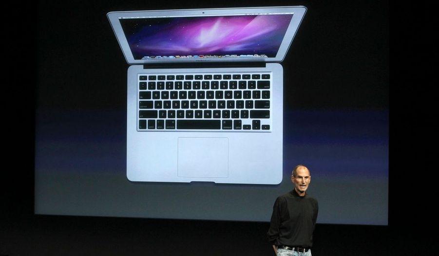 """Apple a présenté mercredi son nouveau portable MacBook Air, plus fin, plus léger et dépourvu de disque dur mais équipé d'une mémoire flash, ainsi qu'une nouvelle version du système d'exploitation des Mac. Le MacBook Air fonctionne désormais avec une mémoire flash, tout comme l'iPad, et non avec un disque dur comme les autres ordinateurs, ce qui permet un démarrage plus vif et un stockage des données deux fois plus rapide. """"Nous nous sommes demandé ce que donnerait le croisement d'un MacBook et d'un iPad. Et bien, voilà le résultat"""", a déclaré le PDG Steve Jobs, lors d'une rencontre avec la presse et les investisseurs au siège du groupe. Ce nouveau modèle, dont la gamme de prix commence à 999 dollars (soit 716 euros) pour le modèle doté d'un écran de 11,6 pouces (15 cm), pèse 1kg et son épaisseur varie de 0,3 cm à l'avant à 1,7 cm à l'arrière."""