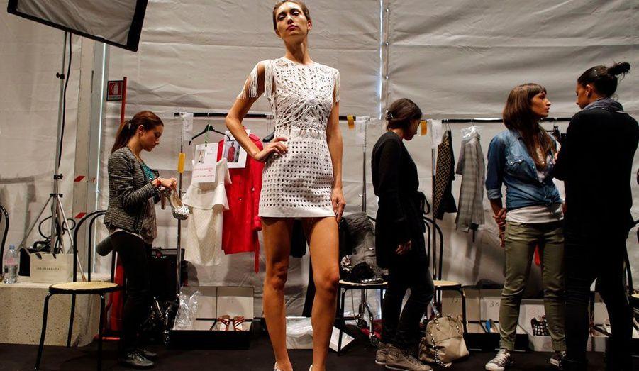 Un mannequin pose dans les coulisses du défilé prêt-à-porter printemps/été 2013 de John Richmond, à l'occasion de la Fashion Week de Milan.