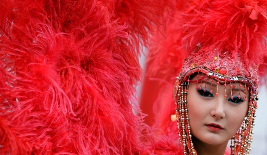 Une jolie danseuse prend la pause lors de la cérémonie d'ouverture du 13e Festival du tourisme de Pékin.