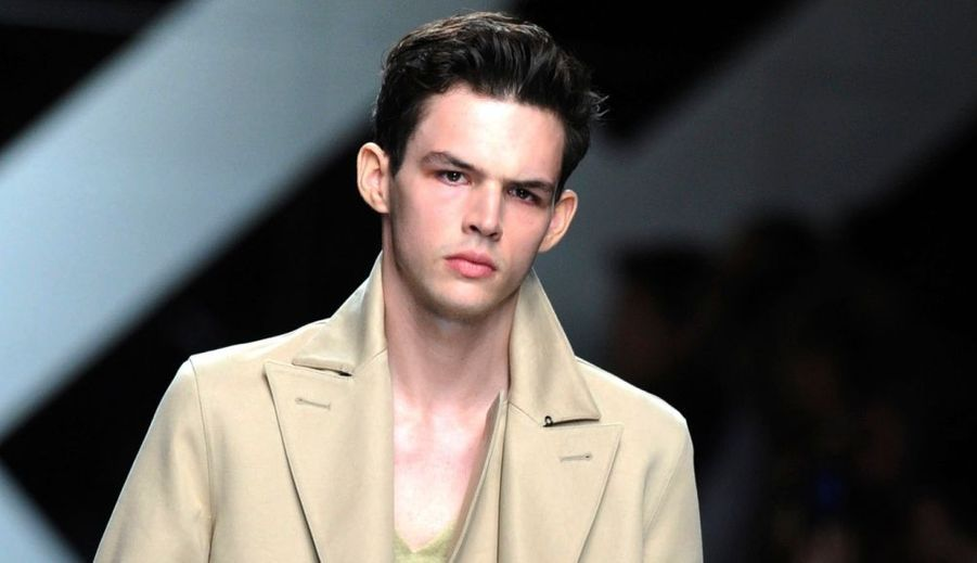 Tom Nicon, l'un des mannequins français les plus en vogue du moment, a été retrouvé mort au pied de son immeuble milanais. Le jeune homme de 22 ans se serait suicidé, peut-être suite à une rupture douloureuse.