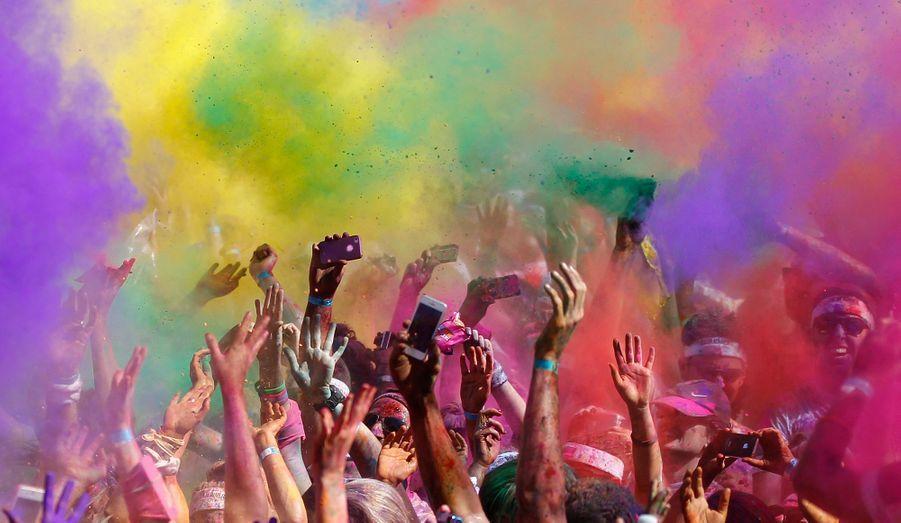 """Quelque 20 000 personnes ont participé à la première Color Run, une coursede 5 km autour du parc olympique de Sydney, dont la particularité est que les coureurs doivent être """"colorés"""" à la bombe."""