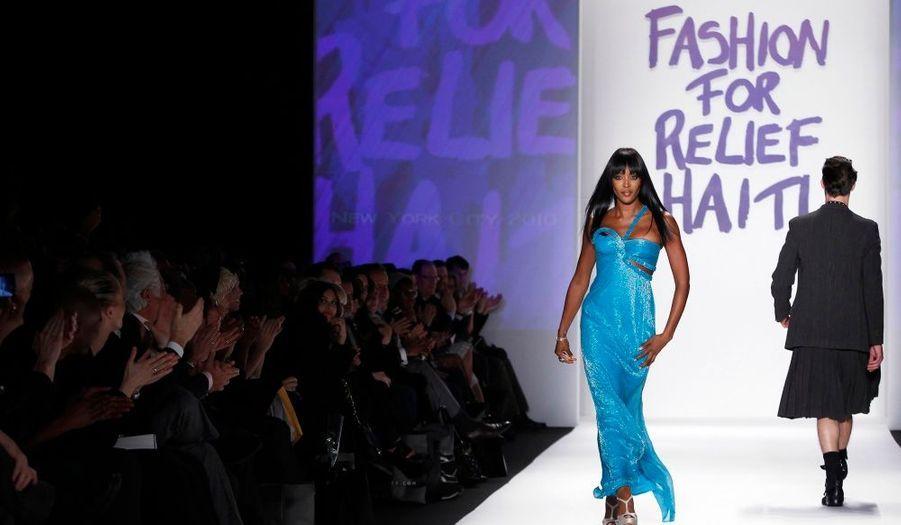 Le mannequin Naomi Campbell a défilé pour le plus grand plaisir des photographes pour un show organisé à New York pour récolter des fonds afin de venir en aide à Haïti.