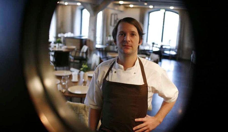 """Le restaurant danois """"Noma"""", du jeune chef René Redzepi, a été désigné lundi pour la troisième année consécutive meilleure table de la planète parmi les 50 meilleurs restaurants mondiaux distingués dans la revue britannique Restaurant.L'Espagne place deux restaurants dans les cinq premiers, """"El Celler de Can Roca"""" (Gérone) et """"Mugaritz"""" (Saint-Sébastien), et un troisième (Arzak, 8e) dans le """"top ten"""". Sa chef Elena Arzak, fille de Juan Mari Arzak, a été récompensée du prix Veuve Clicquot de la Meilleure femme chef du monde.Le premier restaurant français de la liste, """"L'atelier"""" de Joël Robuchon, arrive à la douzième place, suivi d'une rafale de restaurants français: """"Le Chateaubriand"""" (15), """"L'Arpège"""" (16), """"Pierre Gagnaire"""" (17) et """"L'Astrance"""" (18). Le restaurant de Pierre Gagnaire célèbre 10 années consécutives dans la liste, """"le seul restaurant à conforter une telle popularité constante"""", souligne le communiqué lundi."""