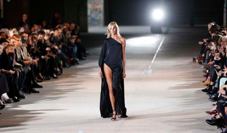 Le défilé de présentation de la collection de prêt-à-porter Anthony Vaccarello Printemps-Eté 2013 a eu lieu mardi à Paris, au premier jour de la Fashion week.
