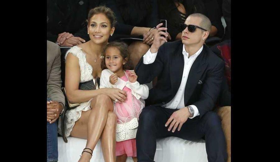 Jennifer Lopez, sa fille Emme et son compagnon Casper Smart ont assisté mardi au défilé Chanel dans le cadre de la Fashion Week de Paris.