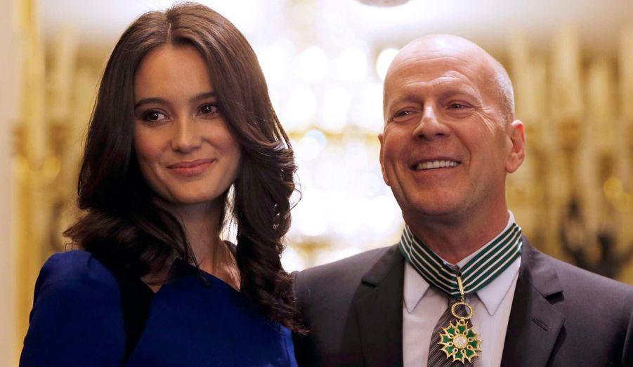 L'acteur Bruce Willis, venu avec sa femme Emma Heming, a été fait Commandeur des Arts et Lettres par la ministre française de la Culture, Aurélie Filippetti, lors d'une cérémonie au ministère lundi.