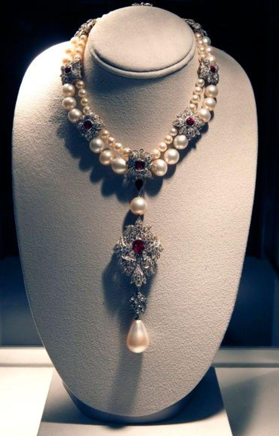 """Un collier de rubis, de diamants et de perles, avec pendentif """"La Peligrina"""" de Cartier."""