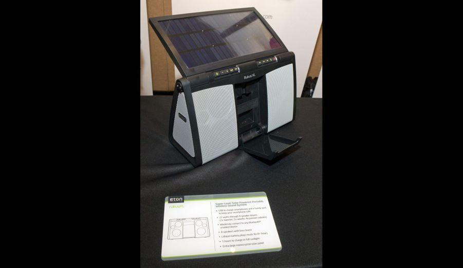 Le Eton RukusXL est une boom box rechargée à l'énergie solaire. Il peut diffuser de la musique pendant huit heures et met cinq heures à se recharger entièrement.