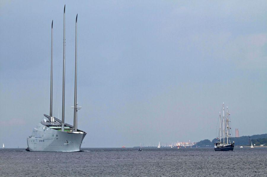 Un siècle les sépare. «A», 142,81 mètres, double le «Pedro Doncker», 34 mètres, un chalutier néerlandais reconverti dans la plaisance.