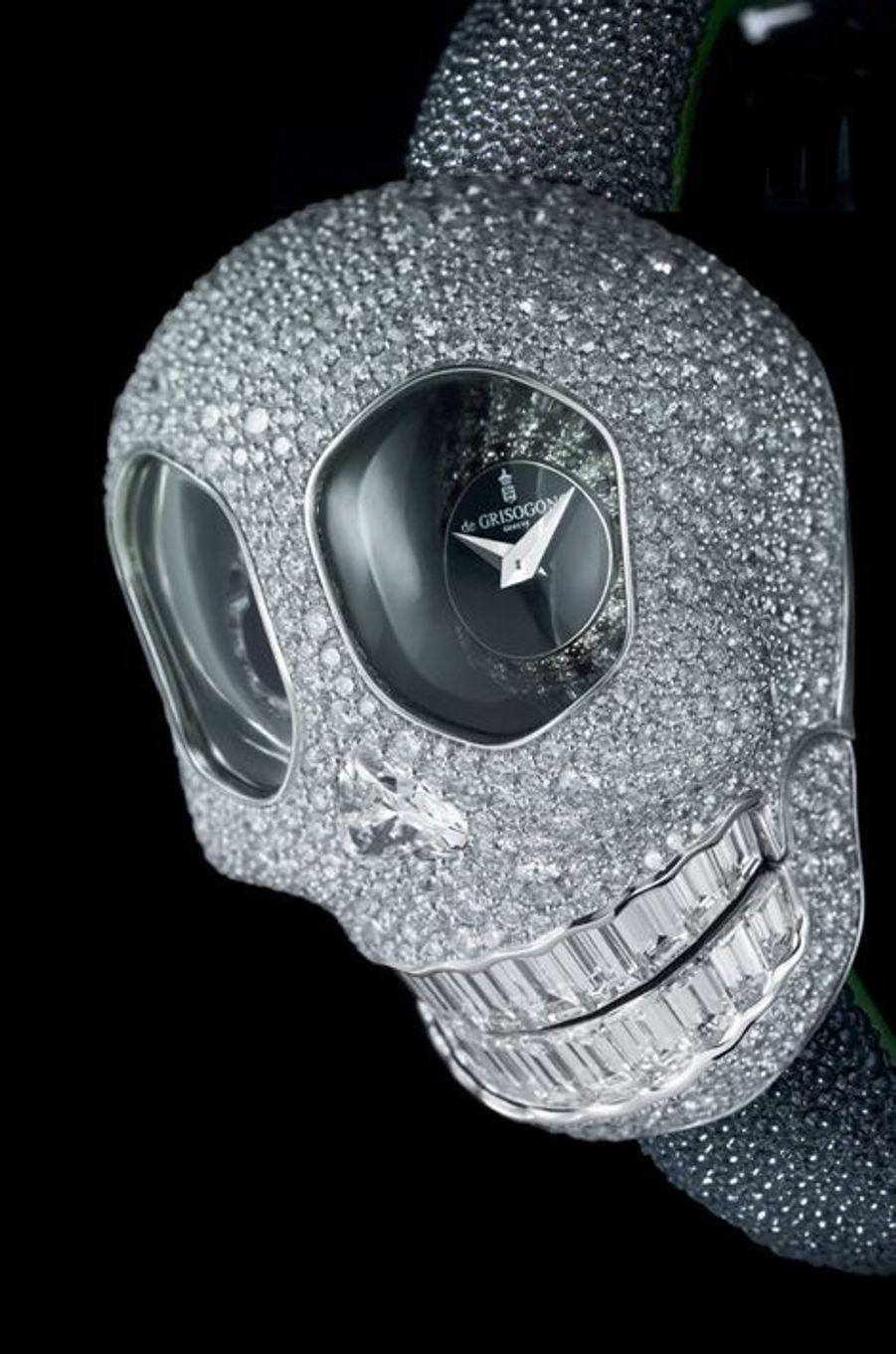 Une tête de mort en trois dimensions avec des yeux en guise de cadrans qui affichent l'heure dans deux fuseaux horaires. Boîte en or gris sertie de diamants, mouvement à quartz. 718 000 €. DE GRISOGONOLes crânes bien faits envahissent les cadrans. Mortel !Allant de pair avec le thème desvanités, qui évoque à la fois la vie humaine et son caractère éphémère, la tête de mort apparaît dèsl'Antiquité. Mais c'est aux prémices du XVIIe siècle que le phénomène prend toute son ampleur. Non seulement en peinture avec le courant flamand, mais également en horlogerie. L'époque est à la fantaisie ; on ose présenter de drôles de bijoux enrichis de têtes de mort taillées dans l'ivoire, l'or ou l'argent, voire dans des blocs de cristal de roche.A voir aussi:montres d'exception, l'entrée des artistesDe là à en faire des montres, il n'y avait qu'un pas qui a été facilement franchi. Certaines grandes dames acceptent alors de les porter suspendues par une chaînette, en broche, à la ceinture… Plus tendance que jamais sur la planète mode, l'industrie horlogère pourrait bien aussi en faire un nouveau classique.Hervé Borne