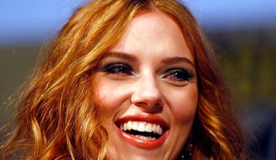 """Déjà égérie de Dolce & Gabbana pour les campagnes de la ligne maquillage, la célèbre actrice Scarlett Johansson sera prochainement le visage de la nouvelle fragrance de la marque italienne: """"Rose the One"""". Ce nouveau parfum est une déclinaison de """"The One"""", qui était représenté par la plantureuse top model Gisele Bündchen."""