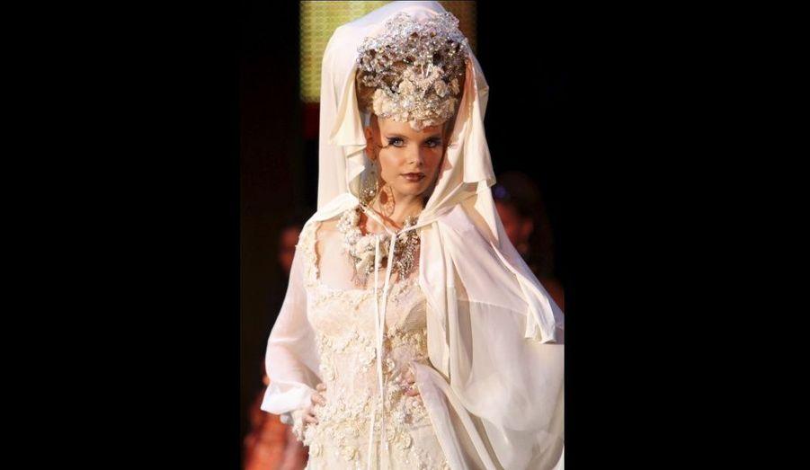 Un mannequin présente une création du couturier palestinien Hindi Mahdi pendant le Festival de la mode islamique de Monte Carlo, hier à Monaco.