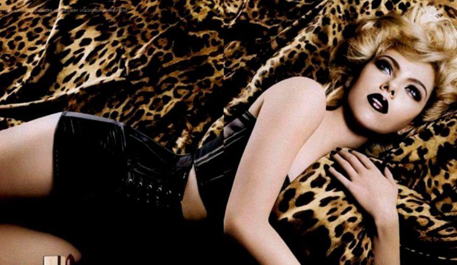 """Scarlett Johansson est une fois de plus l'égérie de la branche cosmétique de Dolce & Gabbana. Féline et sexy, elle arbore un look à la limite du gothique, avec un rouge à lèvres pourpre très foncé et des yeux """"smoky""""."""
