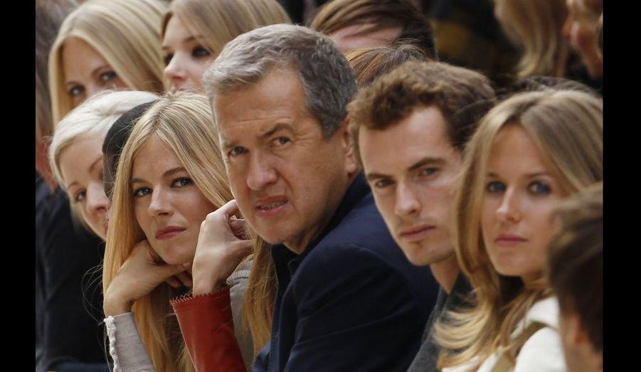 L'actrice Sienna Miller, le mannequin Rosie Huntington-Whiteley, le photographe Mario Testino, le tennisman Andy Murray et sa petite amie Kim ont assisté au défilé.