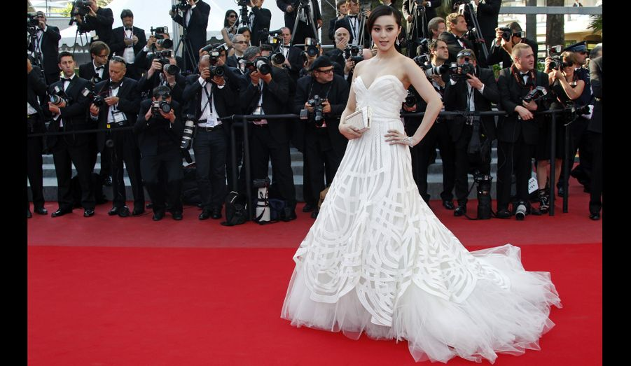 L'actrice chinoise Fan Bingbing, dans une robe bustier blanche signée Elie Saab, amène son charme asiatique sur le tapis rouge.