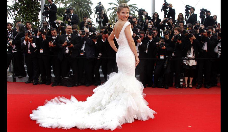 La comédienne espagnole porte une robe à traîne au dos décolleté.