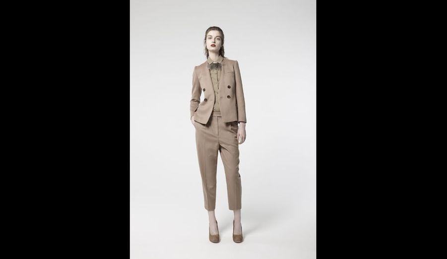 Un ensemble pantalon en drap de laine très chic et facile à porter car bien coup. Attention au camel, pas toujours flatteur sur une mauvaise mine parisienne ! On peut aussi le dépareille. La veste: 390 eurosLe pantalon: 230 eurosLe chemisier: 250 euros