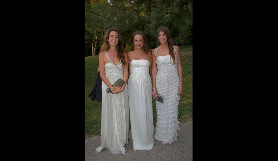 Georgina Brandolini (au centre), amie de longue date de Valentino, et ses filles Coco (à g.) et Bianca, toutes en Valentino Vintage.